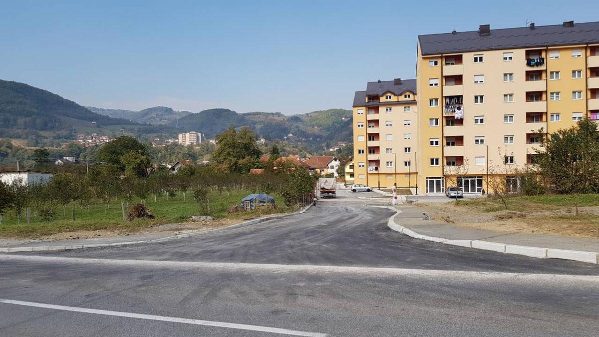 Asfaltirana ulica koja povezuje stambene zgrade u Nikoljcu sa magistralom